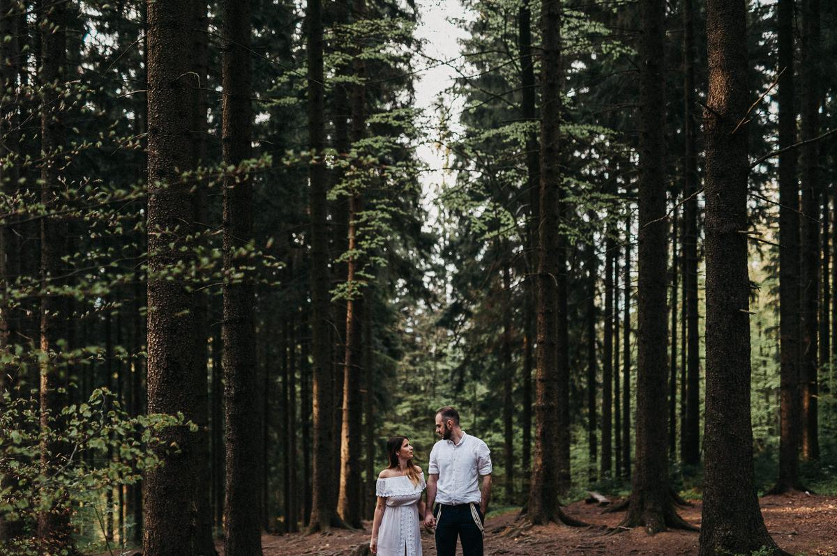 Para narzeczonych stoi w gorskim lesie