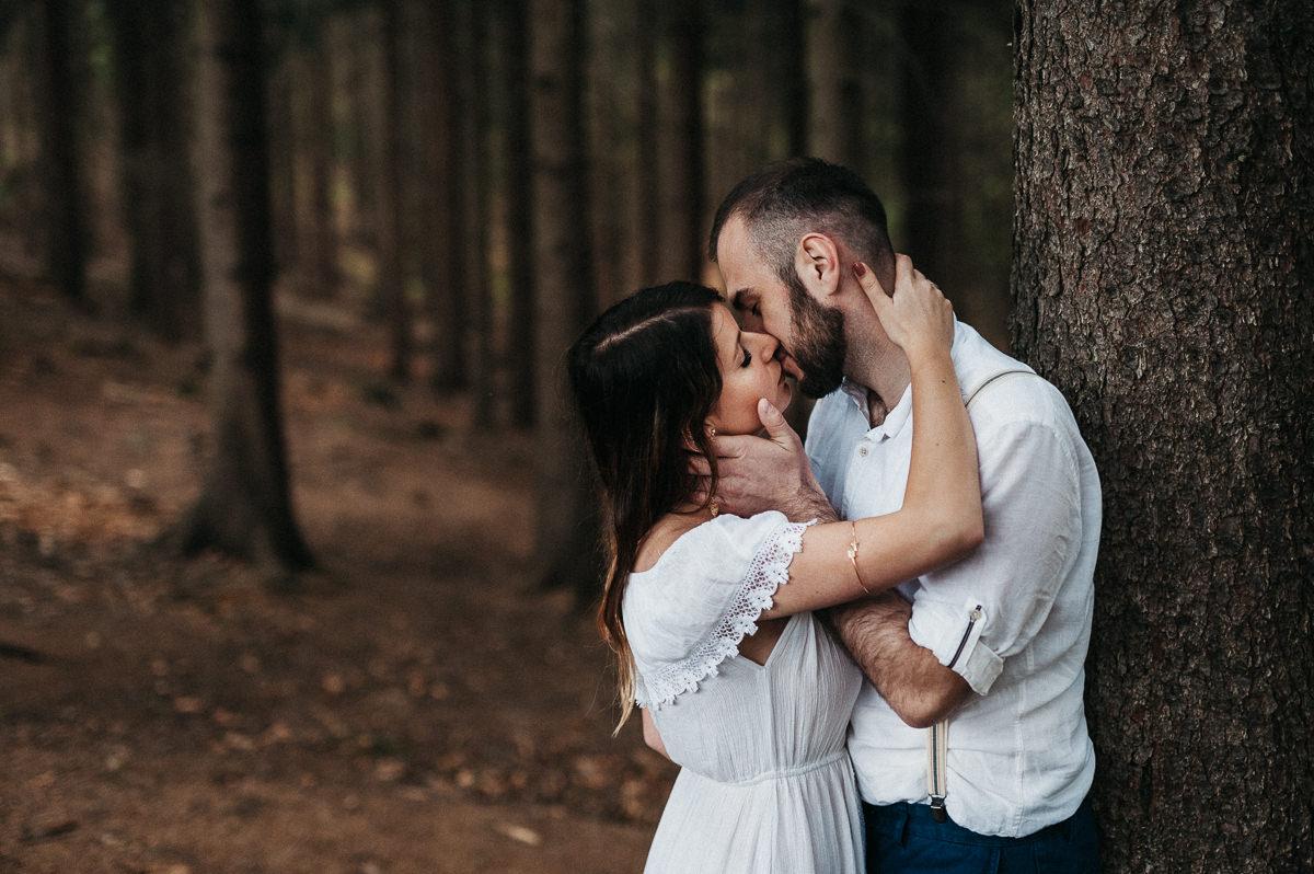 Para zakochanych podczas lesnej sesji slubnej