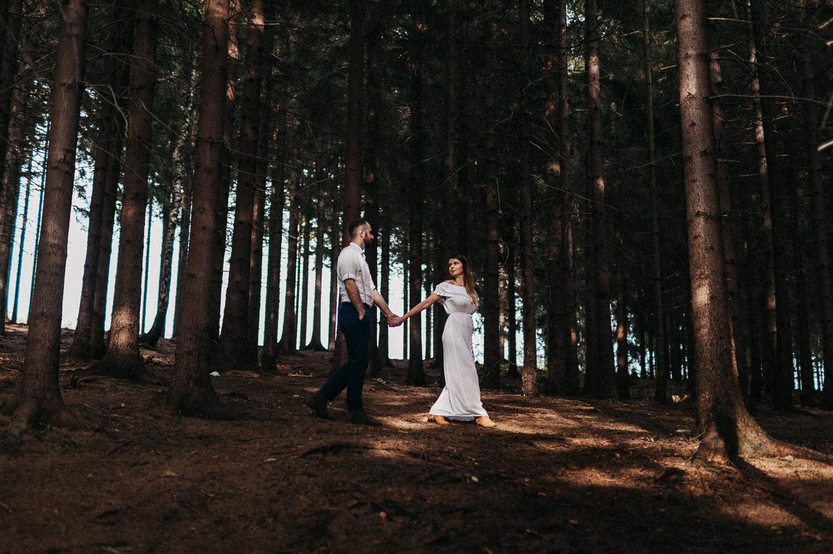 Dwoje ludzi spaceruje w gorach