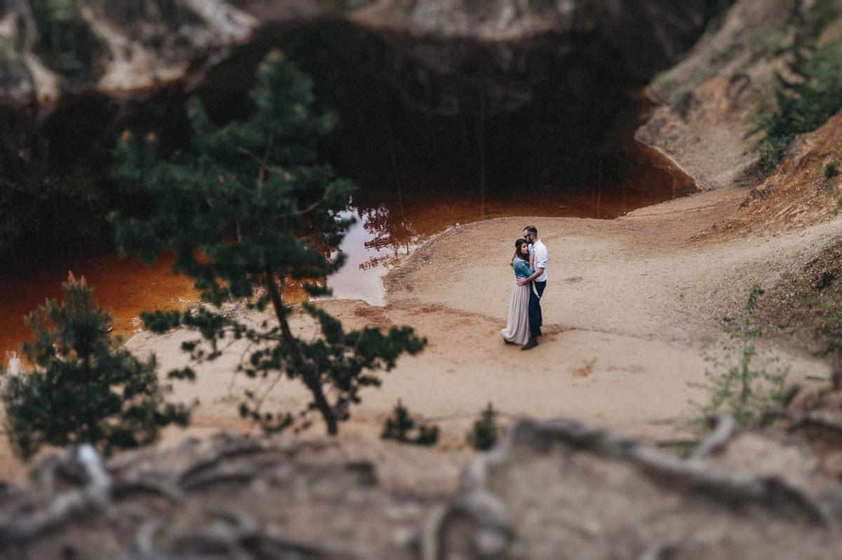 Para przytula sie przy miedzianym jeziorku w Rudawach Janowickich