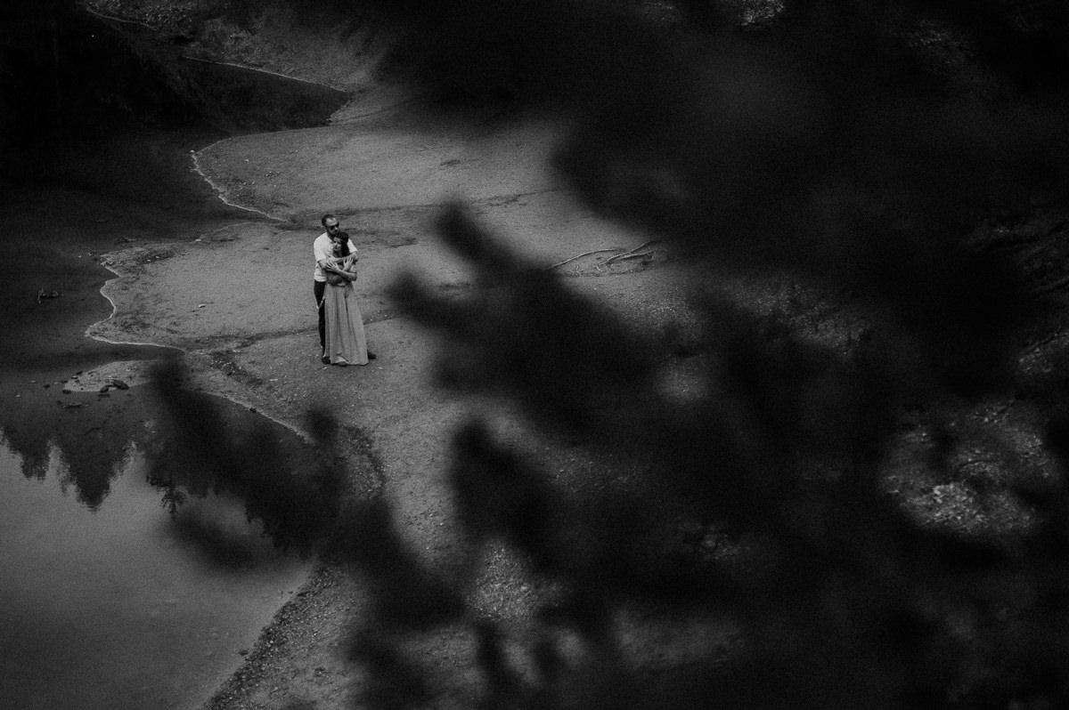 Para stojaca na brzegu jeziora