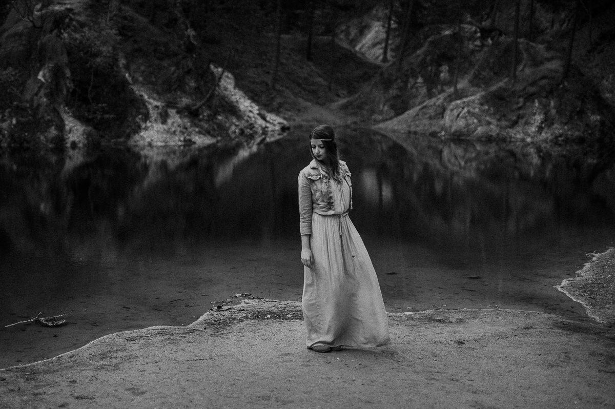Powiewajaca sukienka boho w gorach