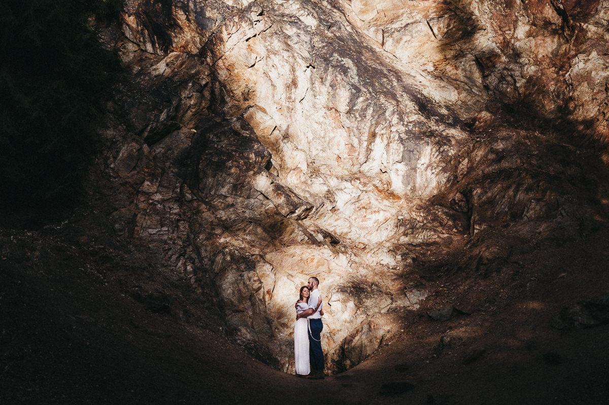 Promienie swiatła podczas sesji plenerowej w gorach