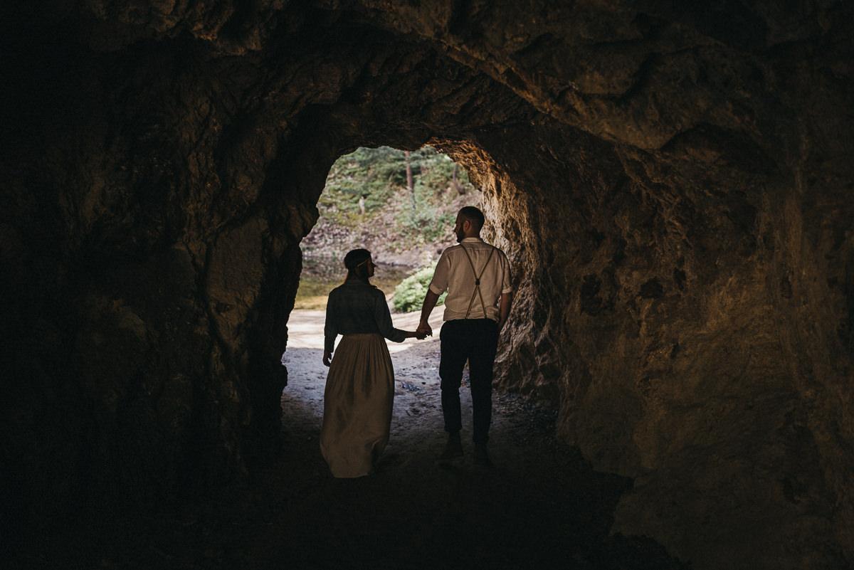 Para wychodzaca z jaskini podczas sesji narzeczenskiej