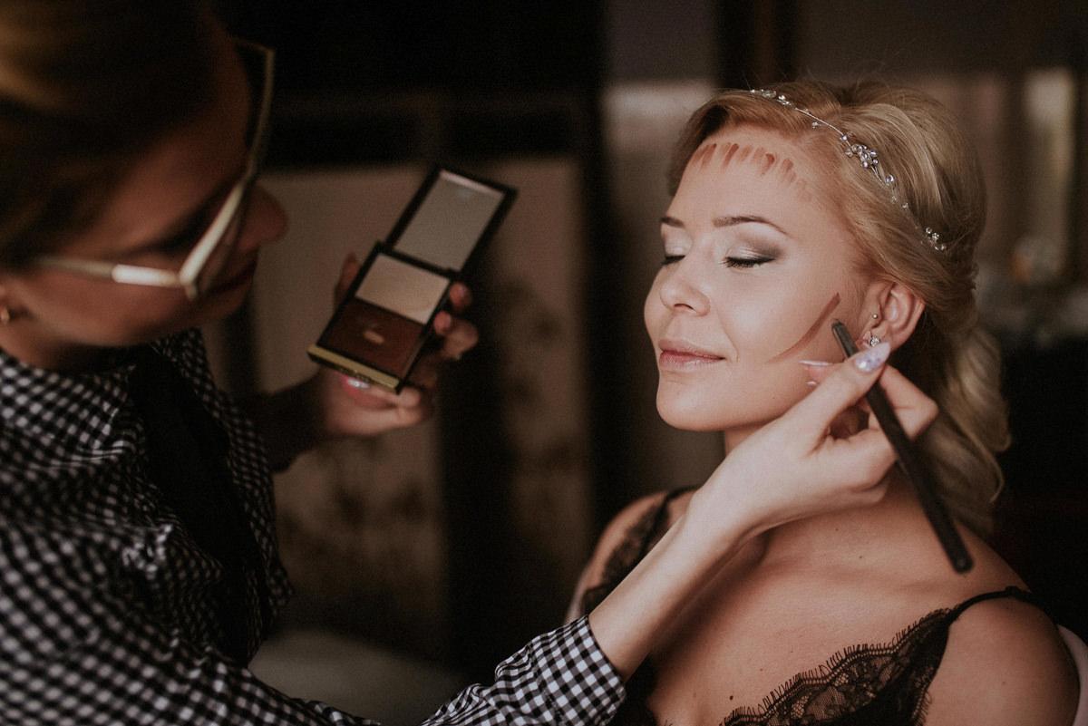 Panna mloda podczas makijazu slubnego