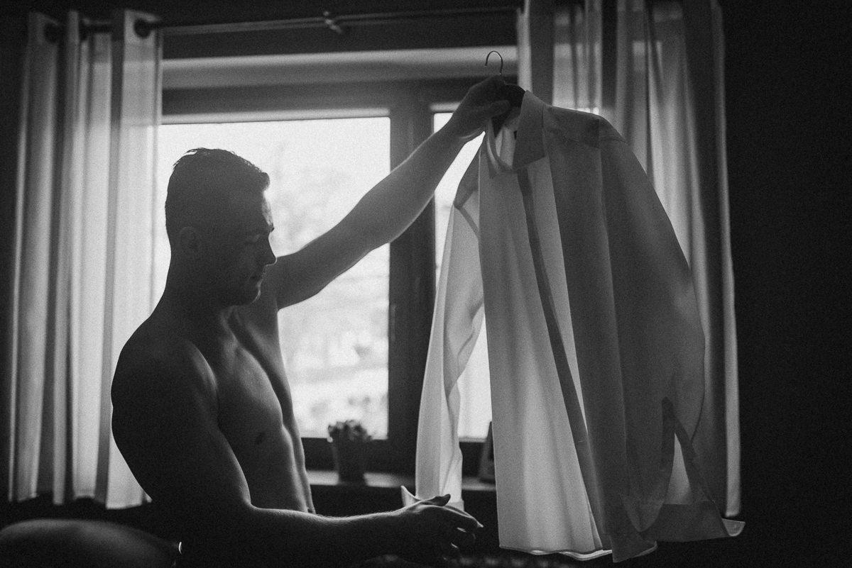 Pan mlody ubiera koszule