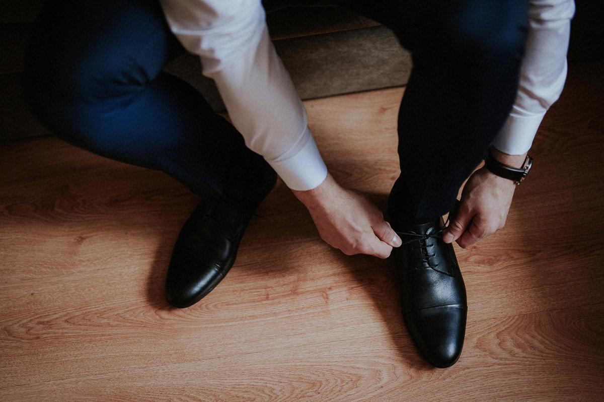 Zawiazywanie butow podczas slubnych przygotowan