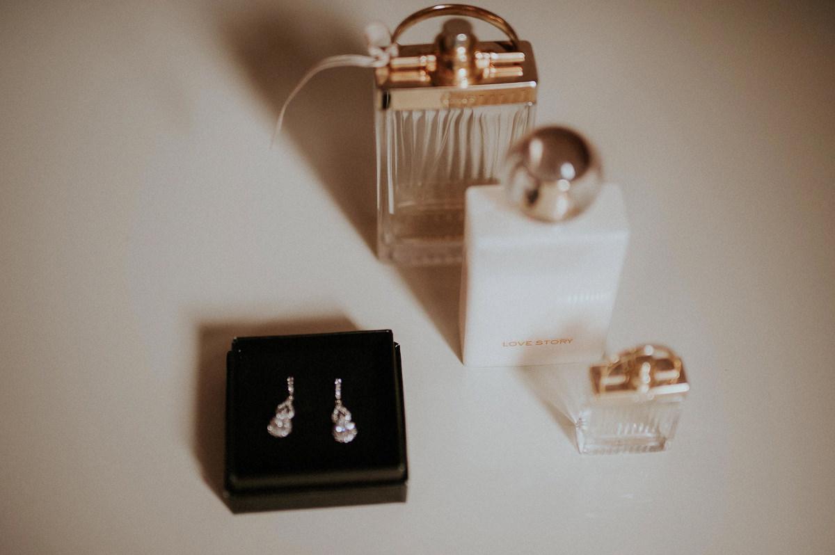 Kolczyki i perfumy panny mlodej