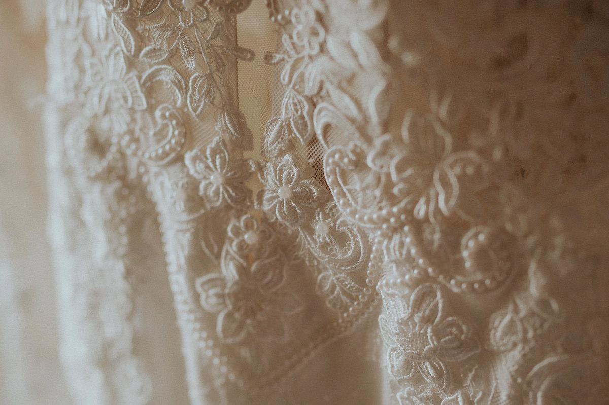 Koronkowy detal sukni slubnej