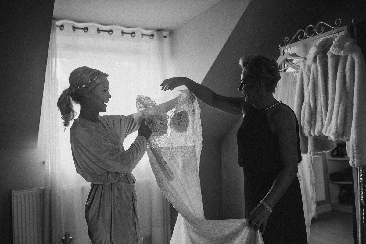 Mama podaje suknie slubna swojej corce