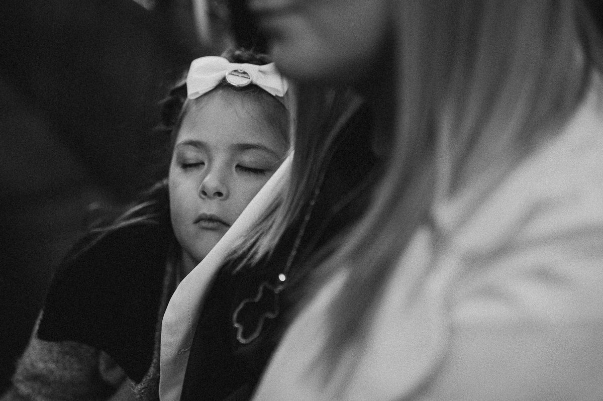Dziewczynka spiaca w trakcie ceremonii slubnej