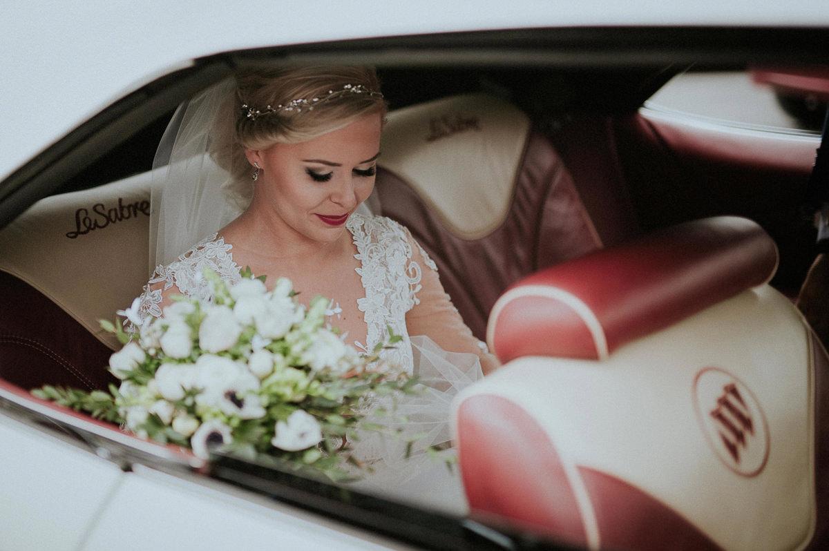 Panna mloda siedzi w samochodzie