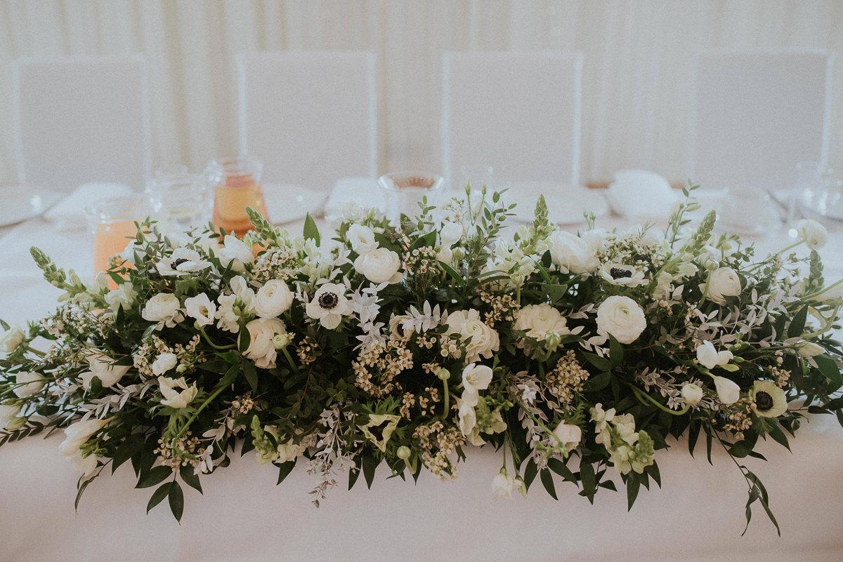 Florystyczne dekoracje na sali weselnej