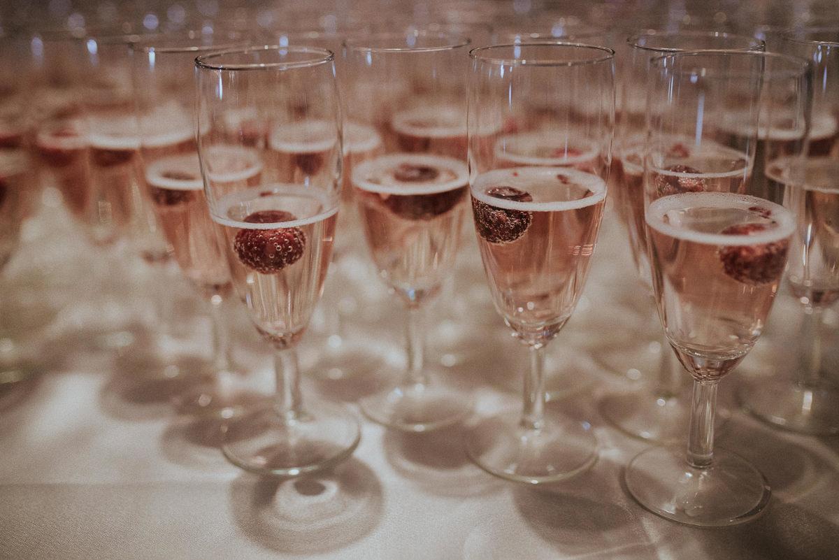 Kieliszki z szampanem z malinami