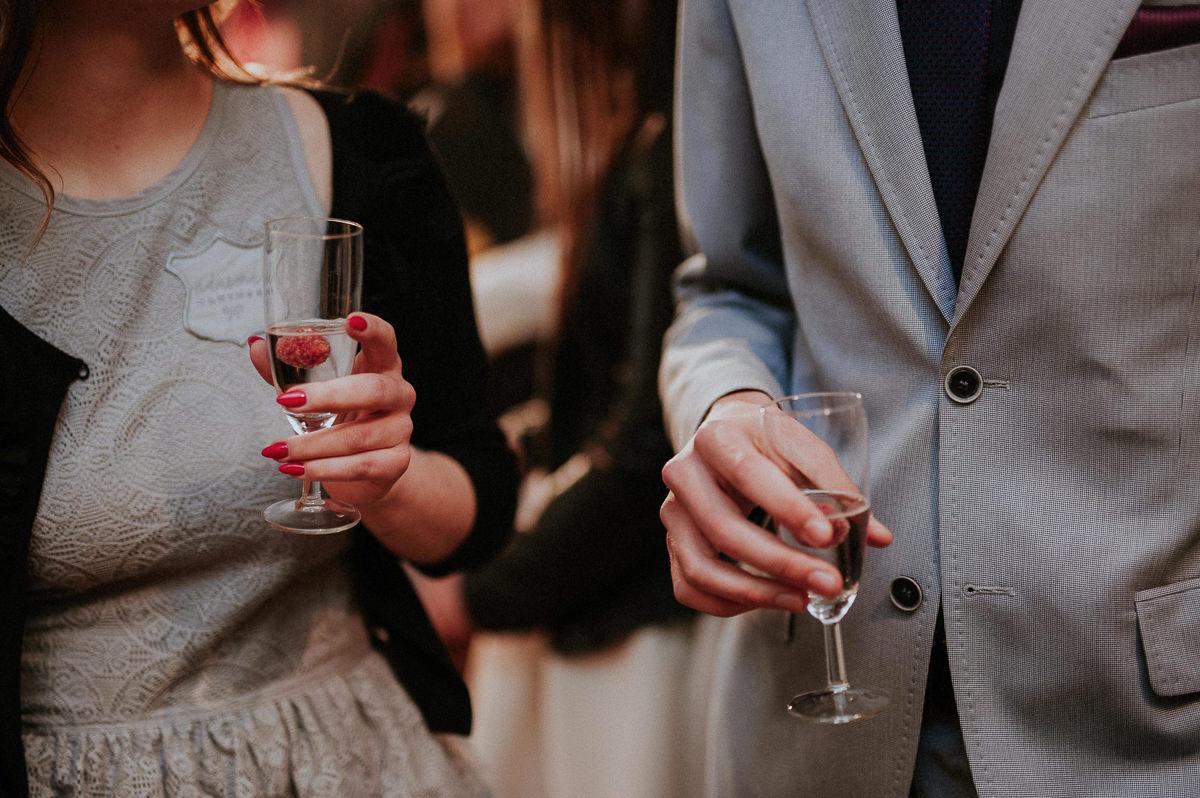 Kieliszki szampana w rekach gosci weselnych