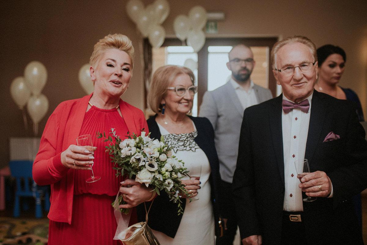 Mama i dziadek panny mlodej na sali weselnej