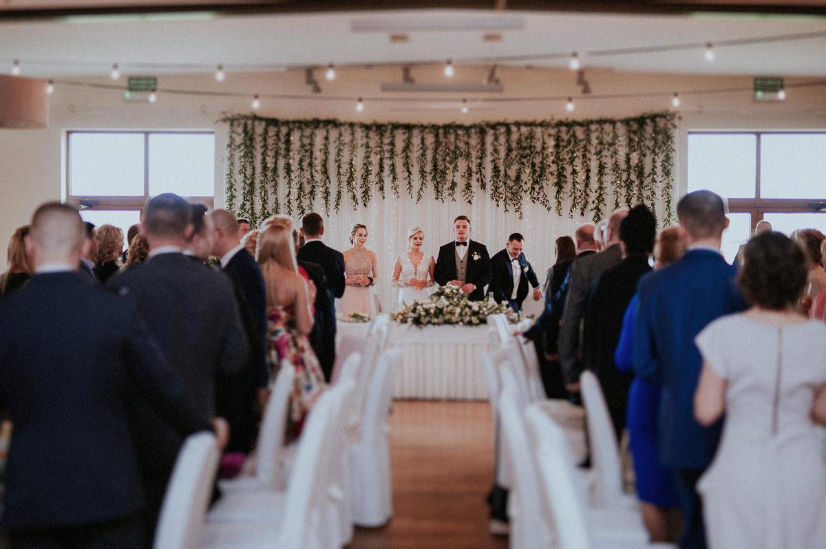 Pierwszy toast na przyjeciu weselnym
