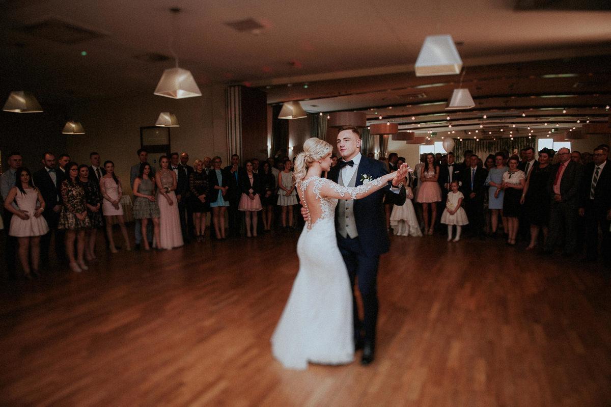 Para tanczy swoj pierwszy taniec na parkiecie