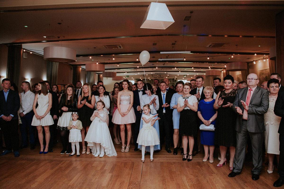 Zachwyceni goscie weselni podczas pierwszego tanca