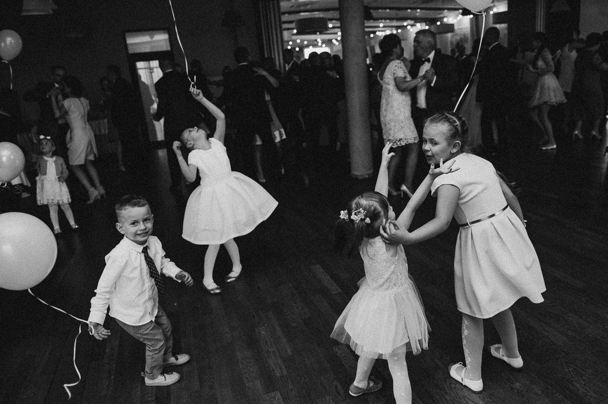 Dzieci bawia sie na weselu balonami