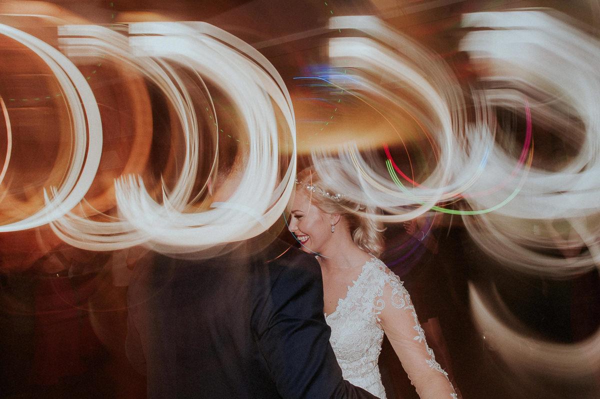 Usmiechnieta panna mloda na zabawie weselnej
