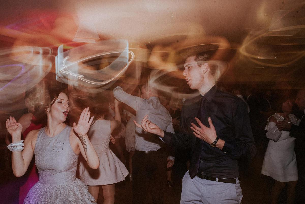 Para szaleje na parkiecie podczas wesela