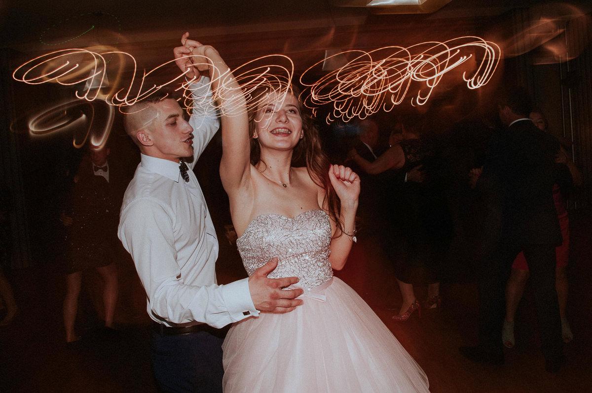Chlopak tanczy z dziewczyna na weselu