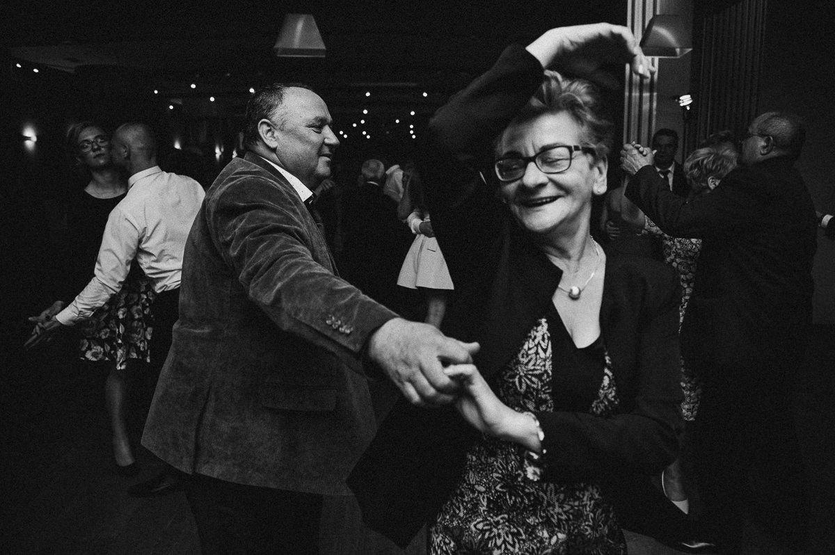 Wujek tanczy z ciocia na weselu