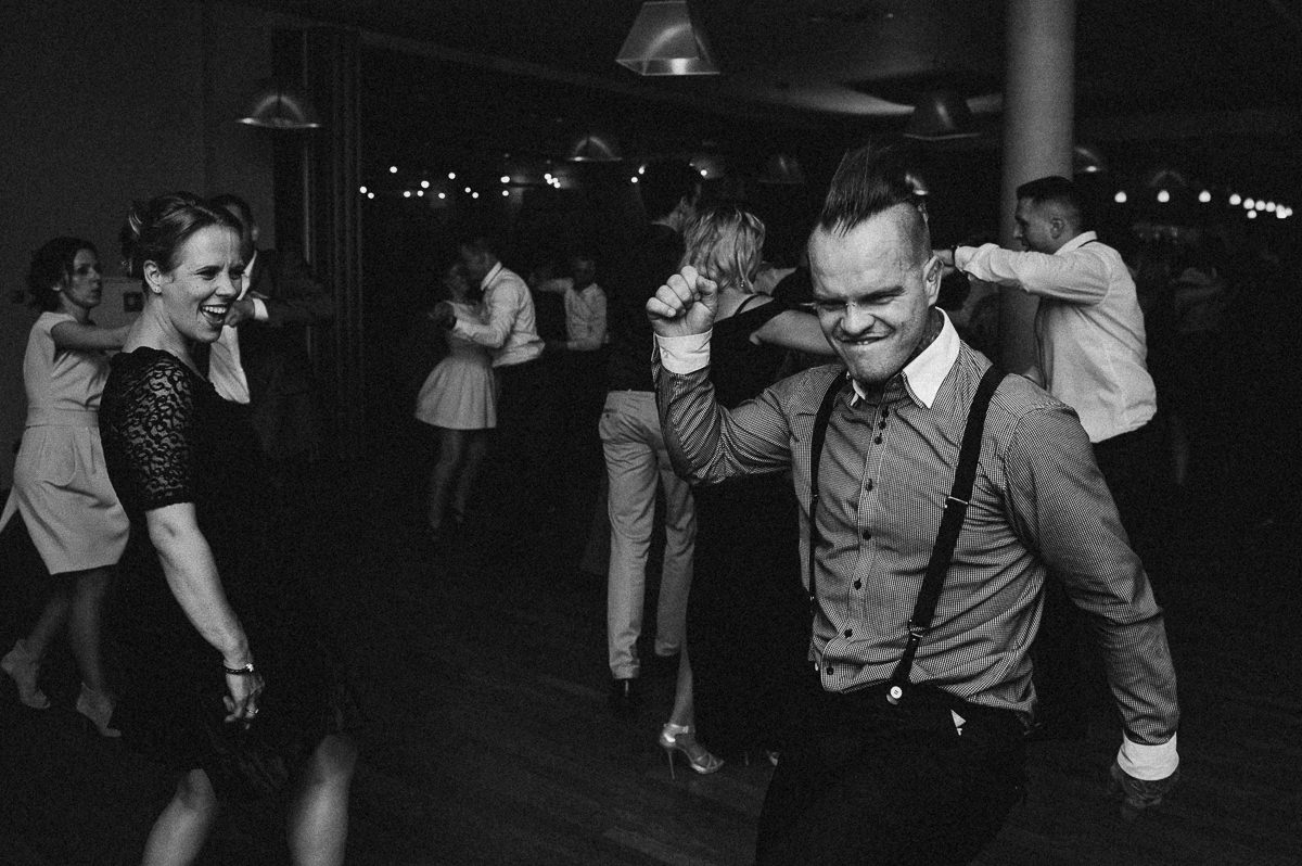 Chlopak szaleje na zabawie weselnej