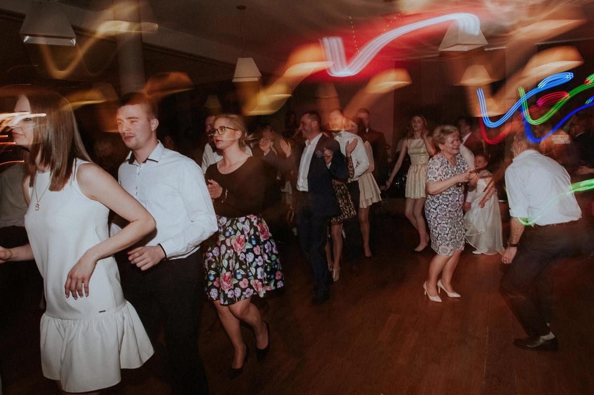 Zabawa przy muzyce na weselu