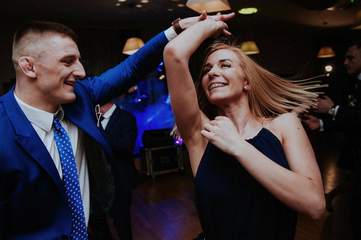 Mezczyzna obraca swoja partnerke podczas tancow