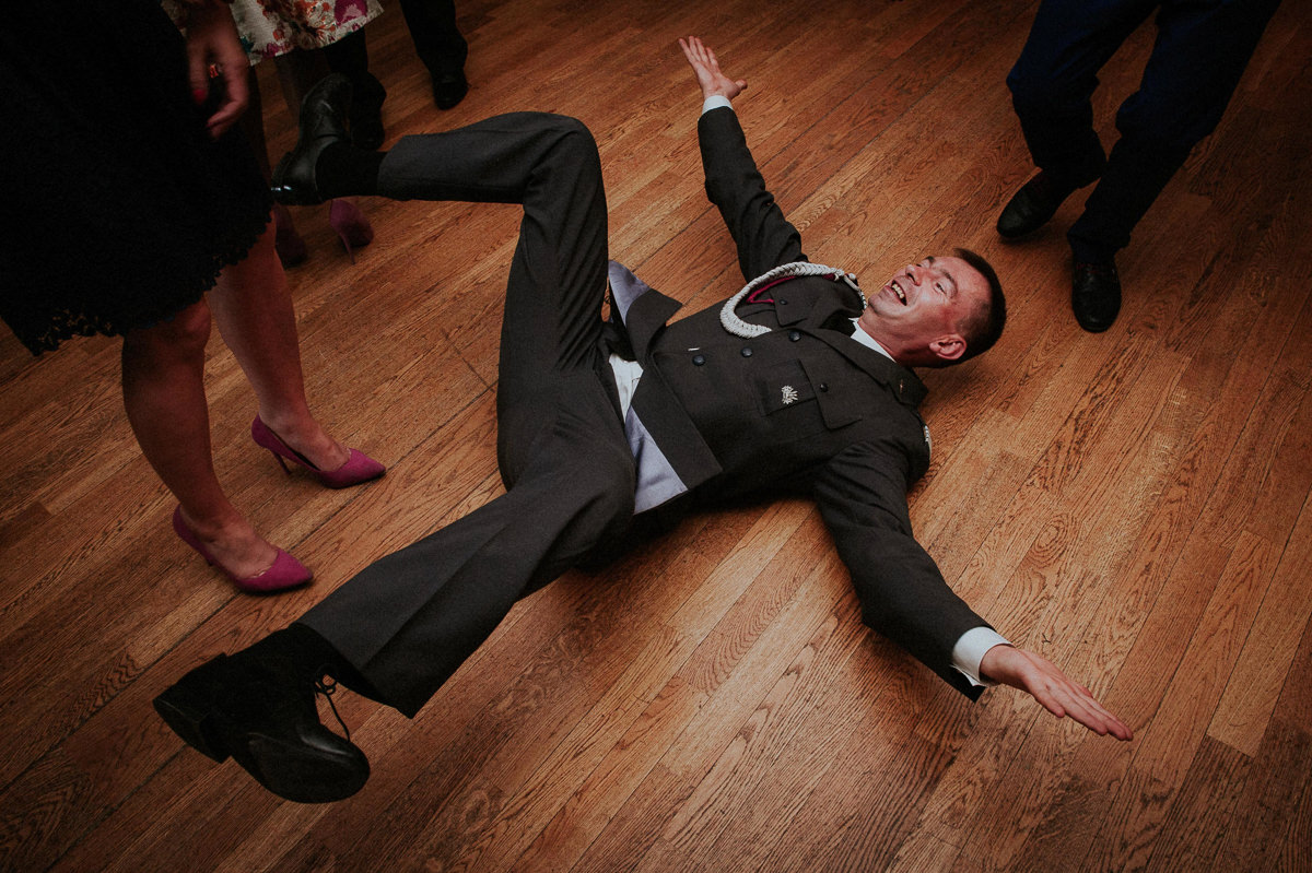 Gosc weselny tanczy breakdance na podlodze