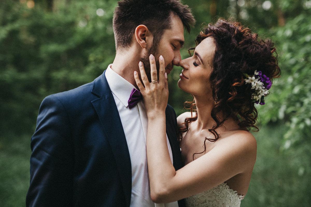 Subtelny pocalunek pary mlodej