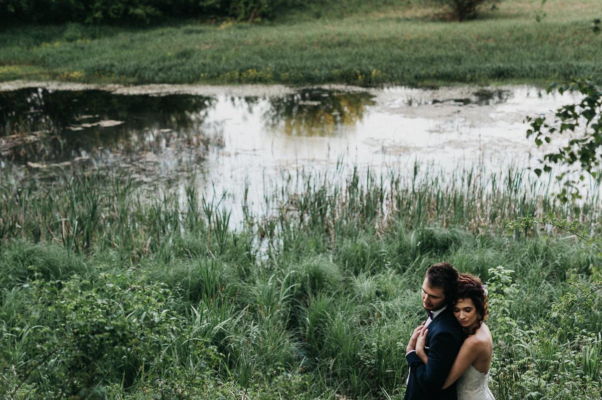 Para mloda stoi nad brzegiem rzeki w Poznaniu