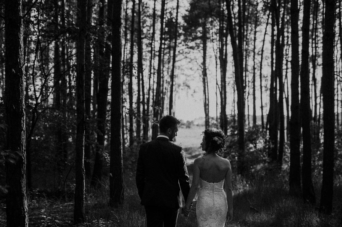 Para mloda idzie tylem w lesie