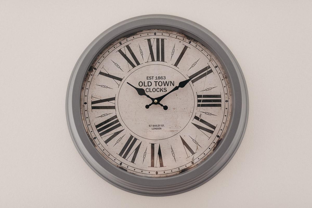 zegar wiczacy na scianie